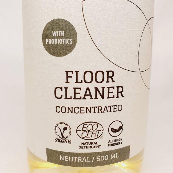 Vaske gulv med Byoms rengjøringsmiddel med probiotika - miljøvennlig og økologisk - forsiden zoom inn